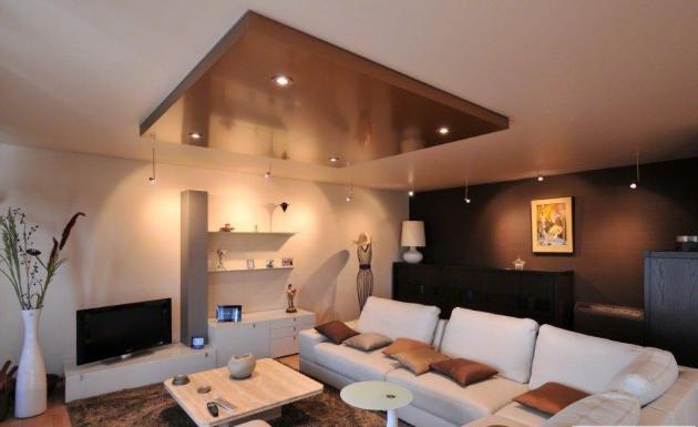 Фото: натяжной потолок металлической фактуры