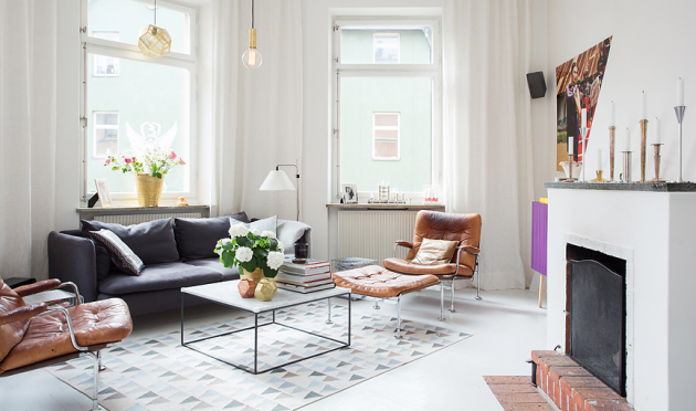 Фото: стеклянный столик поможет вам визуально увеличить пространство, что немаловажно для небольших комнат