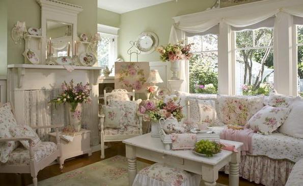 Фото: живые цветы в интерьере гостиной стиля прованс
