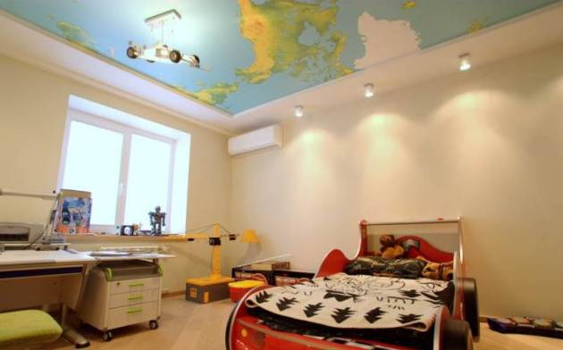 Фото: оформление потолка в виде географической карты