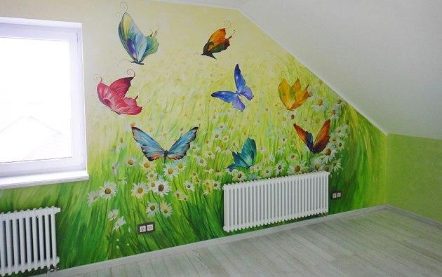Фото: роспись стены детской комнаты, расположенной на мансарде