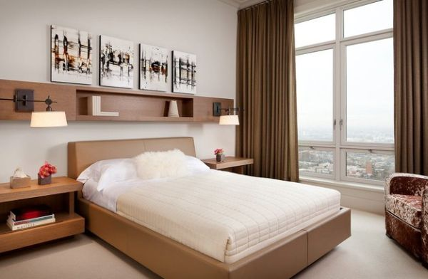 Фото: прикроватные тумбочки в сочетании с полкой над кроватью позволят вам сэкономить место в спальне