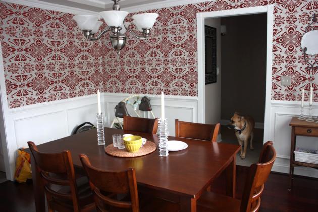 Фото: бордовые обои в интерьере столовой