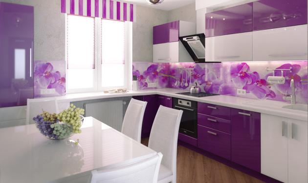 Фото: оригинальное оформление рабочего фартука фартука фиолетовыми оттенками