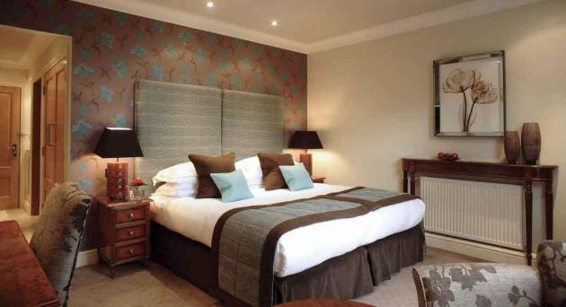 Фото: кровать на фоне акцентной стены