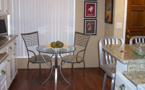 Фото: круглый стеклянный столик станет оптимальным вариантом для малогабаритной кухни