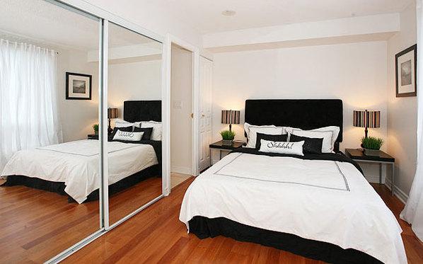 Фото: зеркальные дверцы шкафа помогут вам визуально увеличить комнату