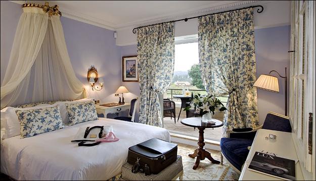 Фото: легкие шторы подчеркнут особенности провансальского стиля