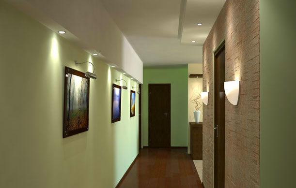 Фото: многоуровневый потолок с точечным освещением и отделка части правой стены декоративной штукатуркой