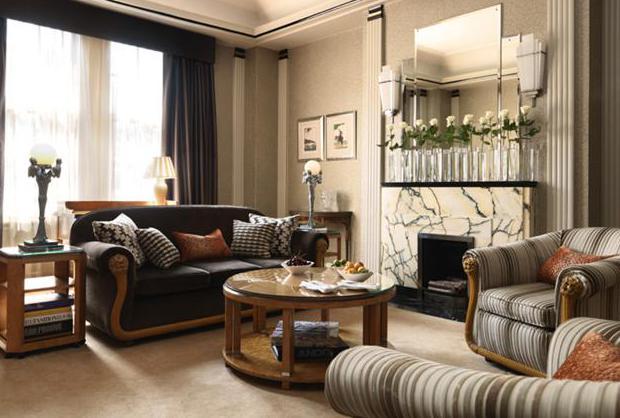 Фото: живые цветы в интерьере гостиной стиля арт-деко