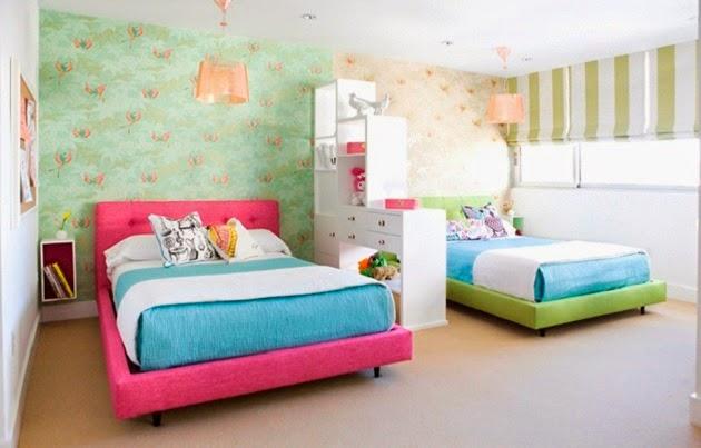 Фото: зонирование комнаты стеллажом и комбинированием обоев