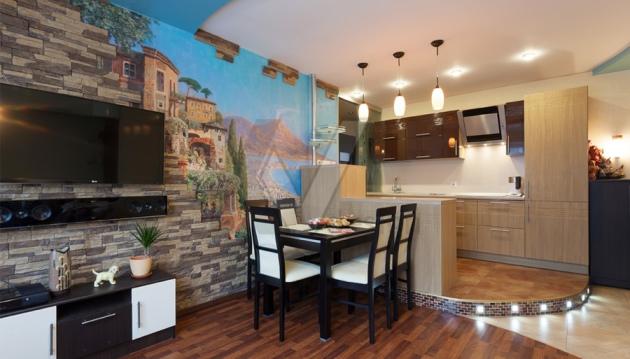 Фото: зонирование фотообоями кухни, совмещенной с гостиной