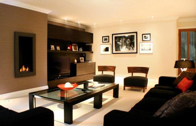Фото: темная мебель на фоне светлых стен