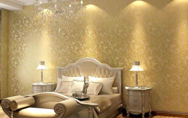 Фото: золотистые обои в интерьере спальни