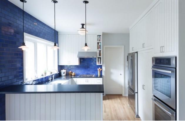 Фото: рабочий фартук насыщенного синего цвета в сочетании с белым станет оригинальным решением на вашей кухне