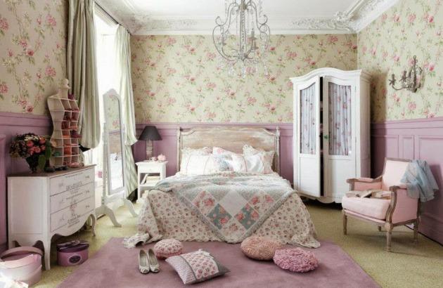 Фото: декорирование стен в спальне сиреневыми деревянными панелями