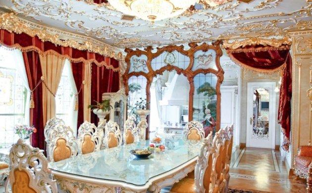 Фото: декорирование потолка лепниной в интерьере столовой