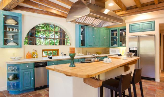 Фото: оригинальным решением в интерьере кухни средиземноморского стиля станут решетки на окнах