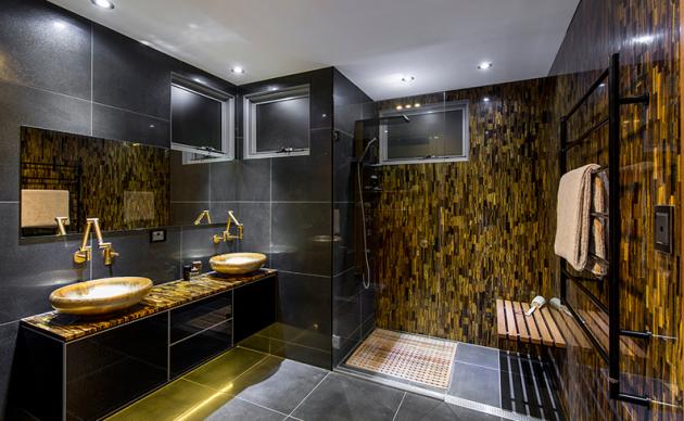 Фото: сочетание черного и золотистого цвета в ванной
