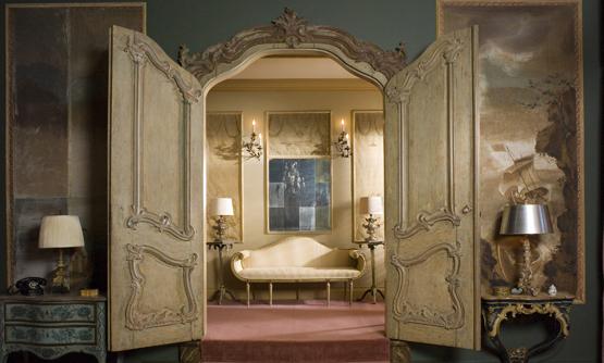 Фото: использование двустворчатых резьбленых дверей в интерьере, оформленном в барокканском стиле