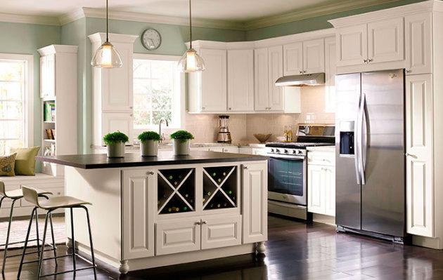 Фото: живые цветы в интерьере кухни ванильного цвета