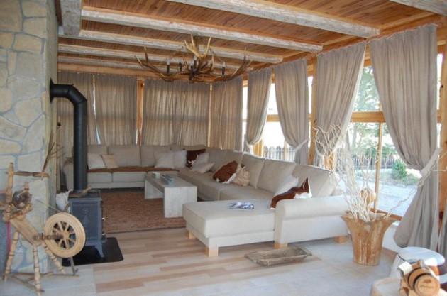 Фото: гостиная в загородном доме, оформленная в экостиле