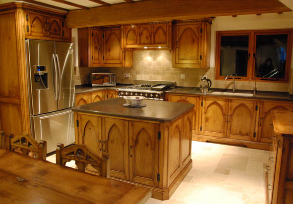 Фото: покрытие резьбой кухонного гарнитура