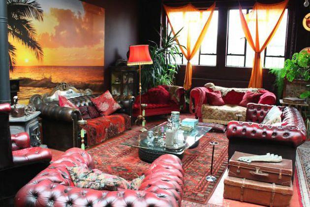 Фото: стеклянный столик в интерьере гостиной