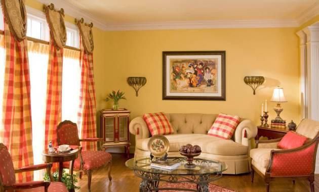 Фото: стеклянный столик с кованым каркасом в интерьере гостиной теплых тонов