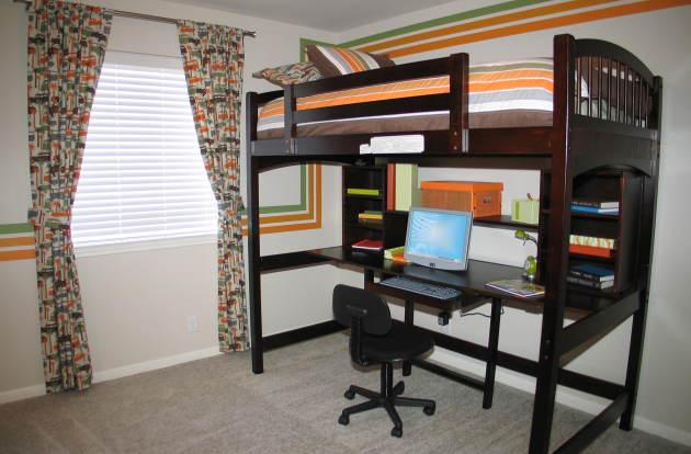 Фото: двухэтажная секция с рабочим столом внизу и с кроватью на втором этаже