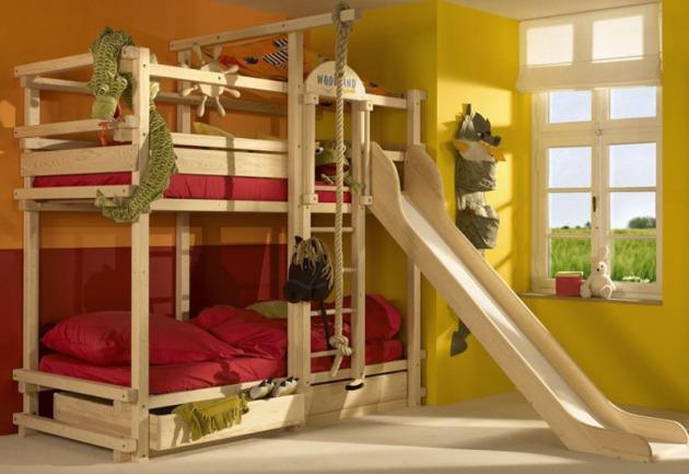 Фото: двухъярусная кровать, оборудованная горкой