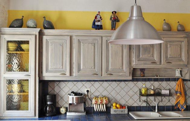 Фото: декорирование шкафов керамическими статуэтками