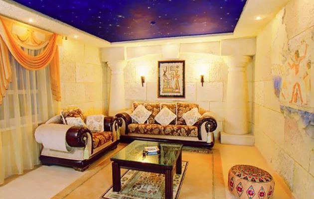 Фото: оформление потолка синим цветом с имитацией звезд создаст впечатление присутствия в египетском храме