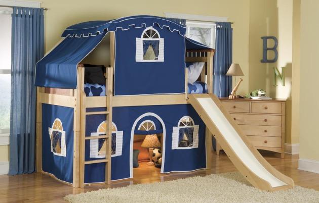 Фото: двухъярусная кровать с игровой зоной внизу