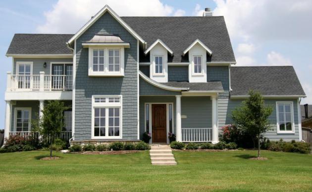 Фото: газон на территории, прилегающей к дому, является неотъемлемой частью американского стиля