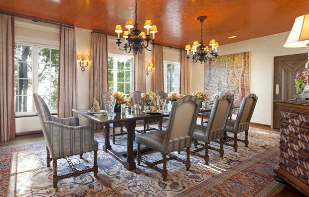 Фото: оранжевый потолок в интерьере столовой