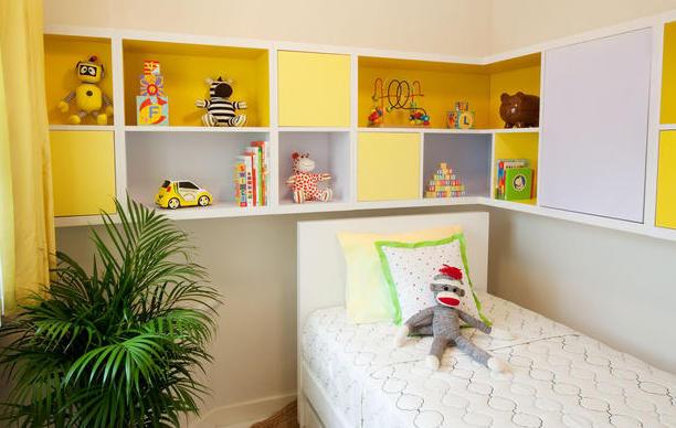 Фото: желтые полочки в интерьере маленькой детской комнаты