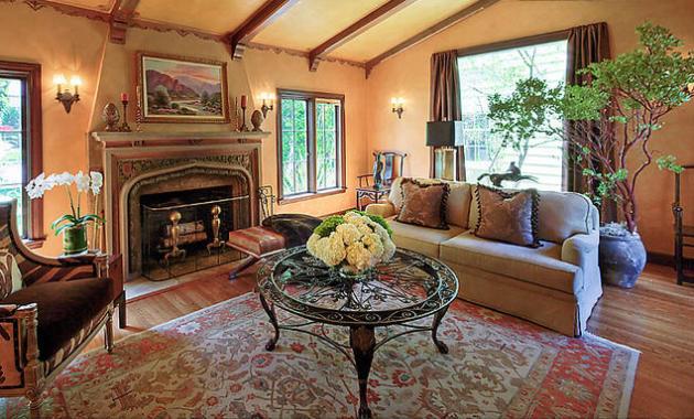 Фото: кованый столик в интерьере гостиной