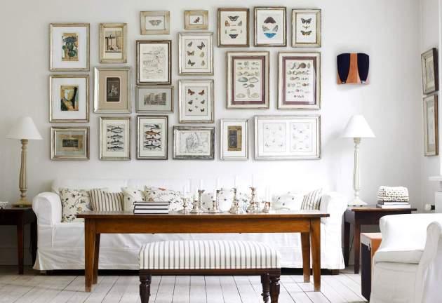 Фото: много различных картин в рамках станут лучшим украшением для белой стены