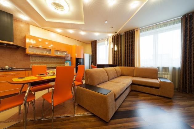 Фото: оригинальным решением станет коричневая гостиная, совмещенная с оранжевой кухней