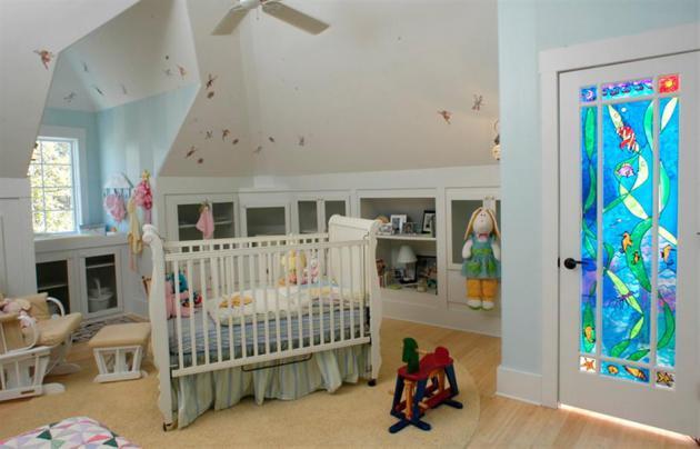 Фото: дверные витражи в интерьере детской комнаты