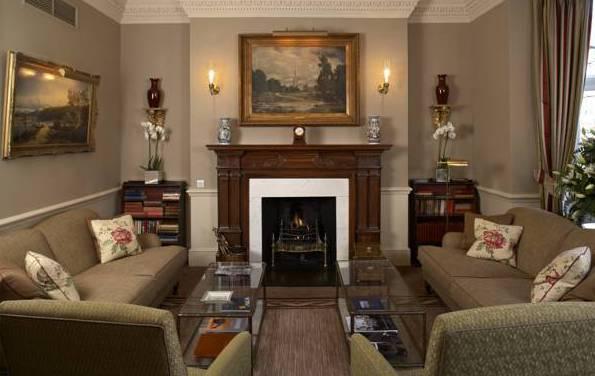 Фото: камин с отделкой из темного дерева в интерьере гостиной