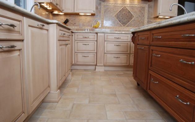 Фото: отделка пола плиткой в интерьере кухни