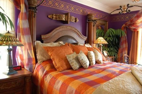 Фото: множество подушек - необходимый антураж восточной спальни