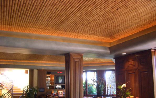 Фото: бамбуковый потолок в интерьере гостиной