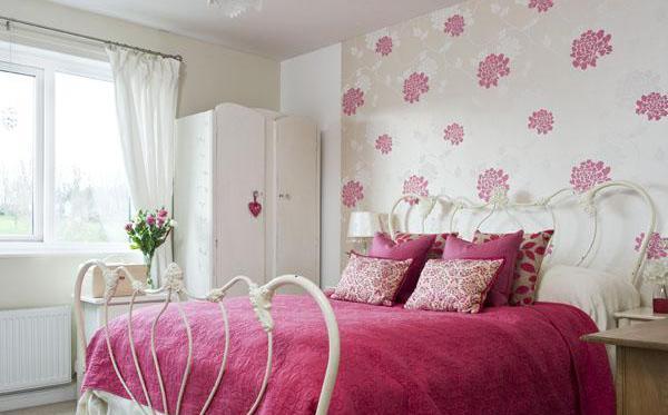 Фото: обои с цветочным принтом в интерьере спальни