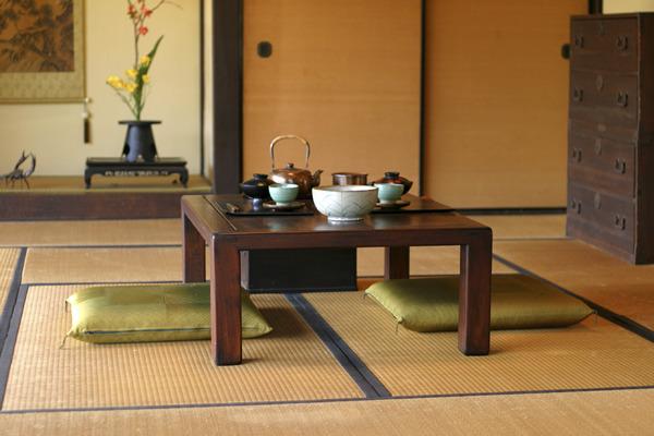 Фото: низкий столик для чайных церемоний