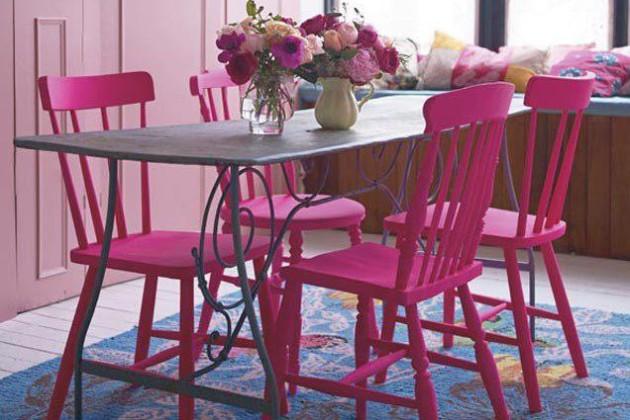 Фото: розовые стулья для столовой