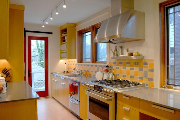 Фото: красные двери в интерьере желтой кухни
