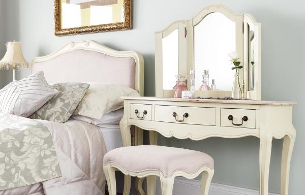 Фото: прикроватный столик в интерьере спальни